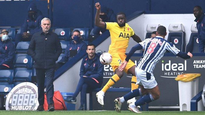 Jose Mourinho berada dipinggir lapangan memberikan instruksi ke pemainnya