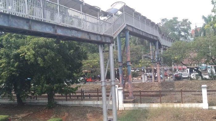 BERKARAT dan Usang Tak Terurus, Pejalan Kaki Keluhkan JPO Halte Universitas Indonesia