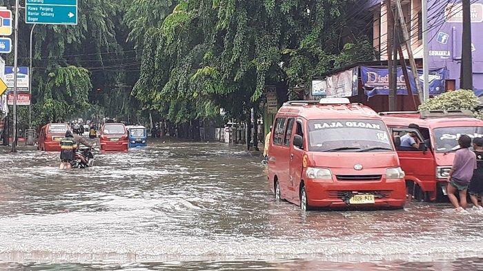 LUMPUH Total Arus Kendaraan di Jalur Pantura Jalan Insinyur Juanda Bekasi Akibat Banjir