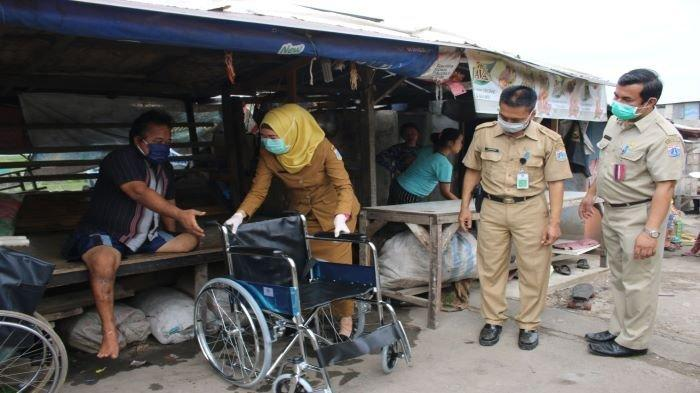 Junaedi Sumringah Dapat Bantuan Kursi Roda dari Puskesmas Kelurahan Cilincing I