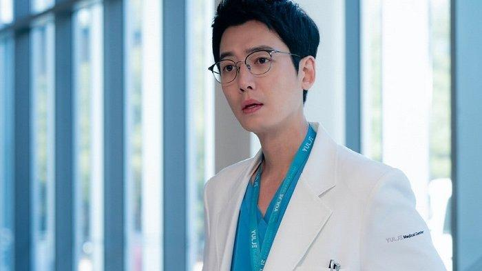 Aktor Jung Kyung Ho kembali bermain dalam drama Korea Hospital Playlist 2. Dia akan menampilkan aktingnya sebagai dokter ahli kardiotoraks yang tampak dingin, tetapi berhati lembut.