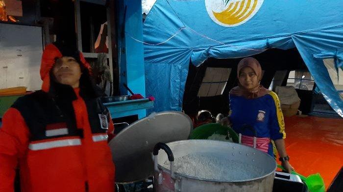 Tim Dapur Umum Pengungsi Banjir Bandang Gunung Mas Kabupaten Bogor Bekerja Sejak Tengah Malam