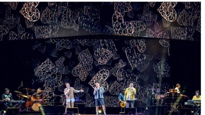 Kahitna beraksi di Konser New Live! Experience yang digelar di Parkir Barat Jakarta International Expo, Kemayoran, Jakarta Pusat, berlangsung meriah. Konser New Live! Experience digelar selama dua hari, Sabtu-Minggu (29-30/8/2020), dengan menghadirkan Kahitna dan Project A (Armand Maulana dan Afgansyah Reza).