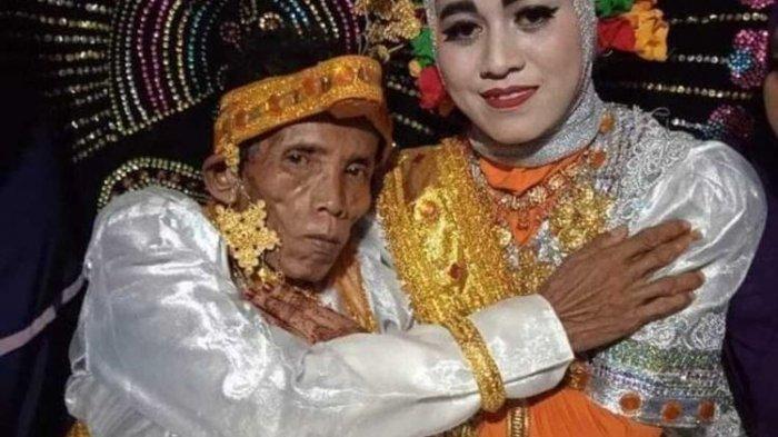 Bora dan istrinya Ira Fazillah seusai akad nikah. Pasangan terpaut usia 39 tahun itu menikah dan menggemparkan Bone, Sulawesi Selatan.
