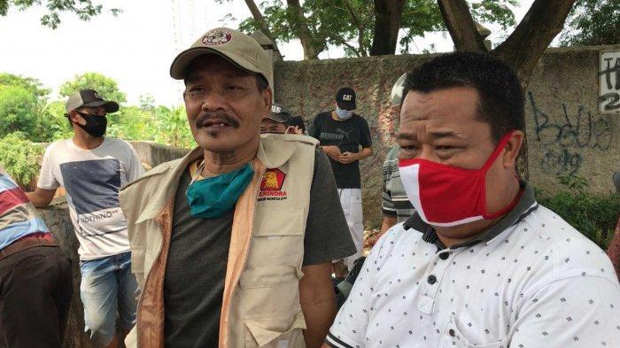 Nurdin (kiri) selaku kakek korban dan Mahrom (kanan) selaku paman korban memberikan keterangan kepada wartawan, di sekitar Kali Angke, Rawa Buaya, Cengkareng, Jakarta Barat, Selasa (6/10).