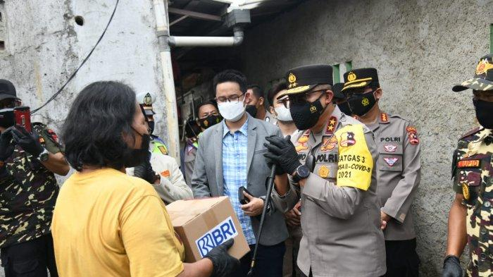 Kakorlantas Polri Bagikan Sembako untuk Pemulung Terdampak PPKM Level 4 di Cakung