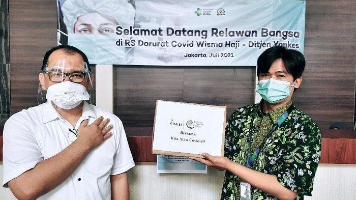 Tim Program Peduli Nakes Kalbe dari PT Kalbe Farma Tbk memberikan bantuan kepada tenaga kesehatan (nakes) di RSDC Wisma Haji Pondok Gede.
