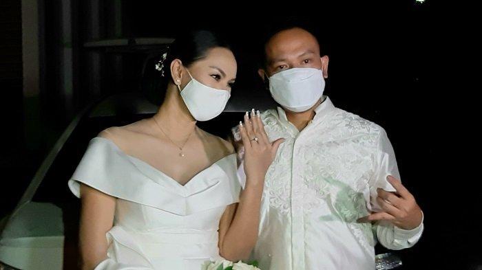 Vicky Prasetyo dan Kalina Oktarina resmi bertunangan, Minggu (24/1/2021). Namun, dalam acara lamaran tersebut tidak dihadiri ibunda Kalina dan putra semata wayangnya, Azka Corbuzier.