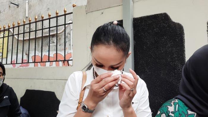 Kalina Oktarani menangis setelah mendengar tuntutan terhadap Vicky Prasetyo yang dibacakan jaksa penuntut umum di Pengadilan Negeri Jakarta Selatan, Kamis (1/7/2021).