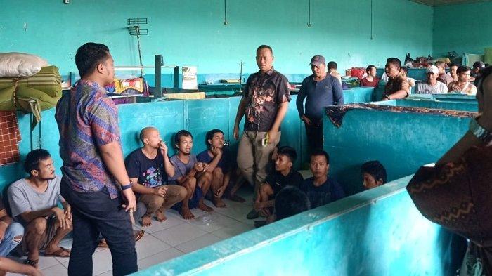 Petugas Lembaga Pemasyarakatan (Lapas) Pemuda Kelas IIA Tangerang melakukan penggeledahan, terhadap kamar-kamar blok hunian narapidana atau warga binaan pemasyarakatan (WBP).