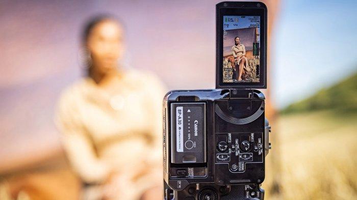Kamera EOS C70 bisa mengambil gambar vertikal dan dilengkapi dudukan tripod
