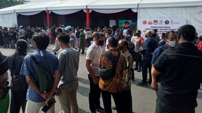 Kerumunan di luar tenda acara Kampanye Protokol Kesehatan Jelang Pilkada Serentak 2020 di Mapolda Metro Jaya, Kamis (10/9/2020).