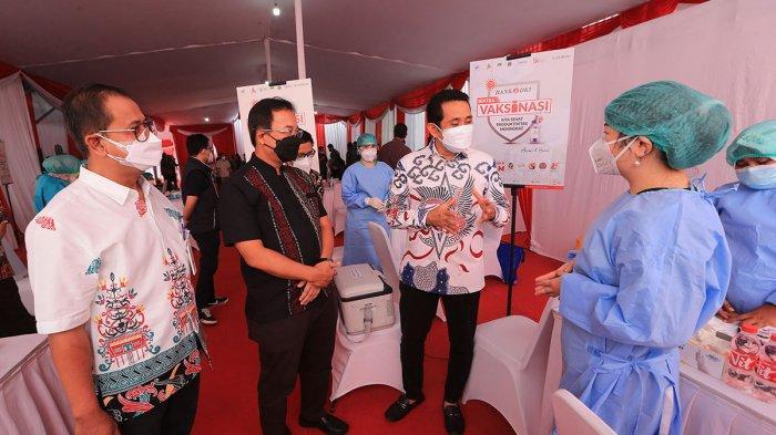 Anggota Komisi XI DPR RI Kamrussamad (kedua dari kanan) berbincang dengan tenaga medis saat menghadiri peresmian Sentra Vaksinasi Covid-19 di Bank DKI Kantor Layanan Juanda, Jakarta, Sabtu (10/7/2021).