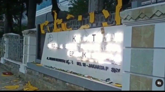 Kantor Kementerian ESDM di Jalan Merdeka Rusak Parah Akibat Massa Pendemo Omnibus Law