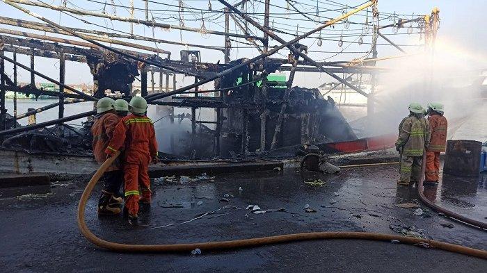 Kapal Penangkap Cumi Sedang Bersandar di Dermaga Timur Muara Baru Hangus Terbakar