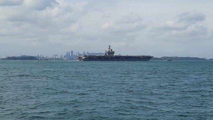 Konvoi kapal perang Amerika Serikat dipantau dari kapal perang TNI AL