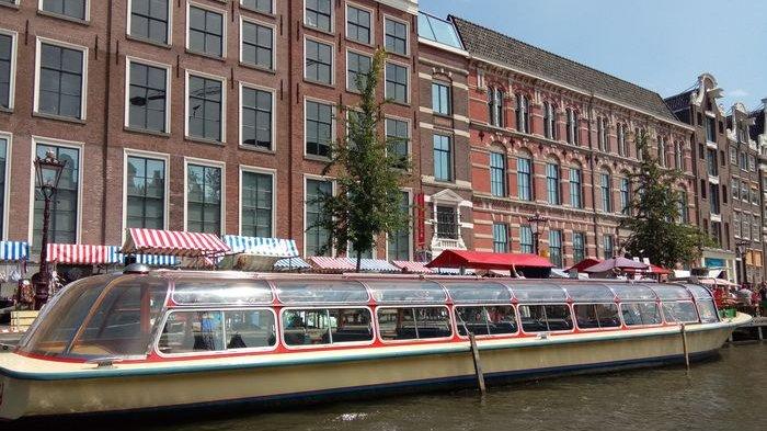 Melihat Sudut Kota Amsterdam Melalui Kanal yang Dibangun Pada Abad ke-16