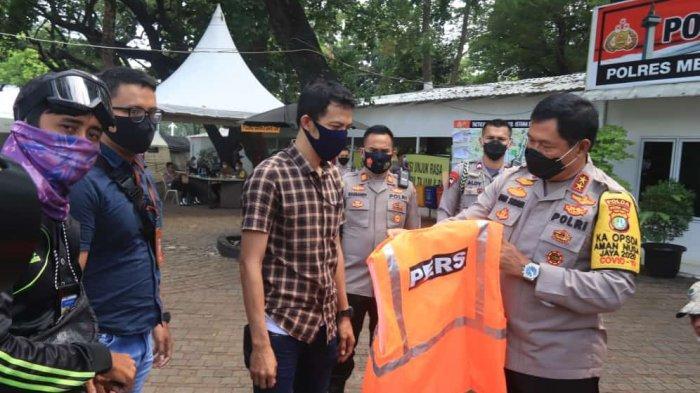 Cegah Kisah Ponco Terulang Kembali, Kapolda Metro Jaya Bagikan Rompi Orange Kepada Jurnalis