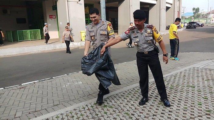 Kapolrestro Bekasi Kombes Indarto Pungut Sampah di Stadion Patriot Jelang Asian Games 2018