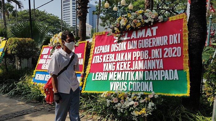 VIDEO: Orangtua Murid Kesal PPDB Passing Grade Umur, Karangan Bunga Banjiri Balai Kota DKI