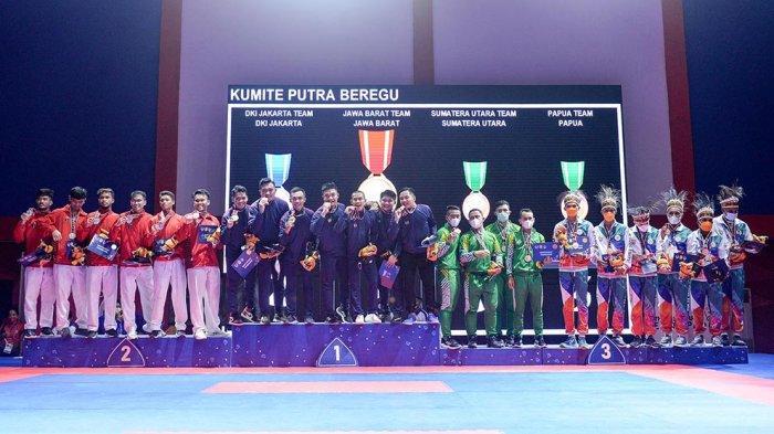 Upacara Penyerahan Penghargaan Karate Putra dilakukan di GOR Penerbangan Kayu Batu Dok 9 Jayapura, Papua, Kamis (14/10/2021) Medali Emas Diraih oleh Jawa Barat, Perak DKI Jakarta, Perunggu Sumatera Utara dan Papua.