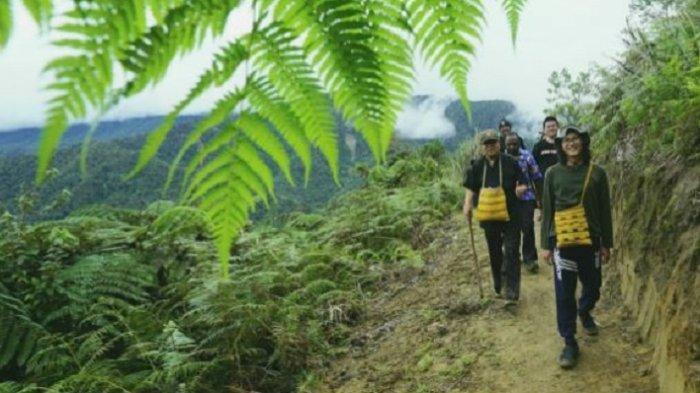 Berusia 71 Tahun, Uskup Agung Jakarta Mendaki Gunung di Papua Untuk Kunjungi Stasi Amaikebo
