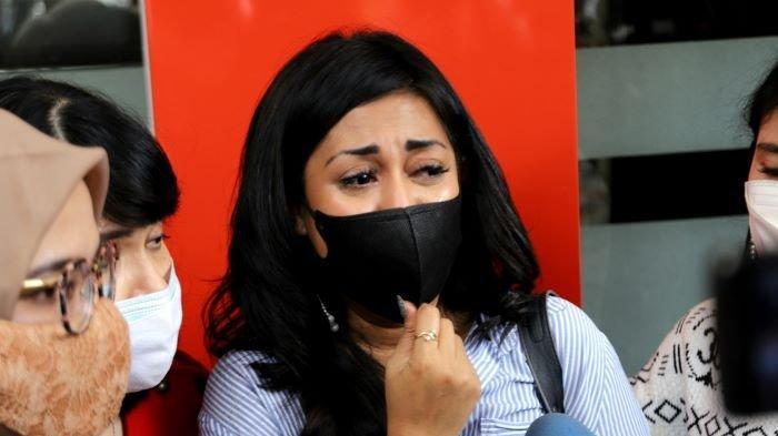 Penyanyi Karen Pooroe menangis saat mendatangi Polres Metro Jakarta Selatan, Rabu (22/9/2021). Karen Pooroe ingin kasus kematian anaknya diungkap polisi.
