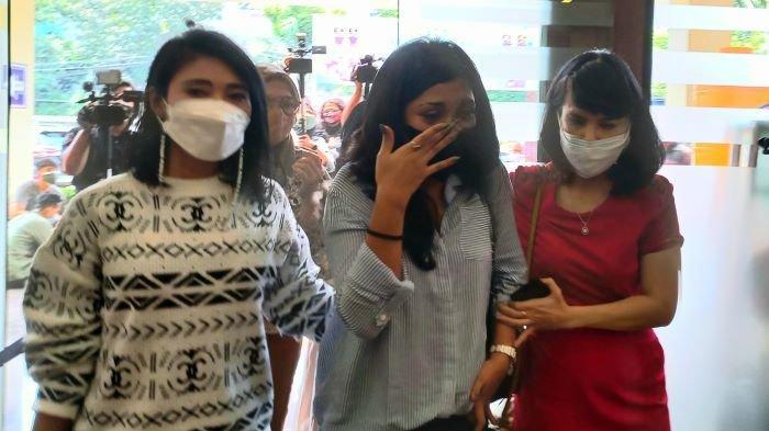Penyanyi Karen Pooroe (tengah) menangis saat mendatangi Polres Metro Jakarta Selatan, Rabu (22/9/2021). Karen Pooroe ingin kasus kematian anaknya diungkap polisi.