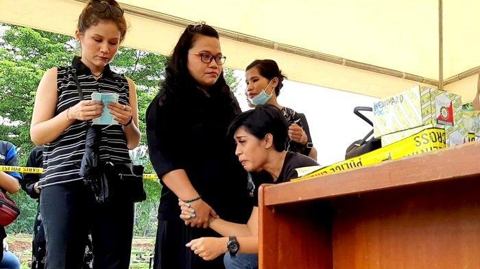 Karen Pooroe Menangis Lihat Makam Putrinya di TPU Tanah Kusir Dibongkar Polisi
