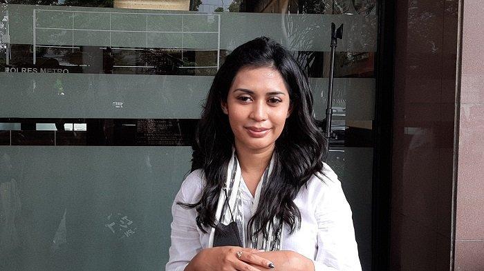 Penyanyi Karen Pooroe ke Polres Metro Jakarta Selatan untuk menanyakan kelanjutan penyelididikan kasus kematian putrinya, Senin (1/2/2021). Sudah setahun ini penyebab kematian putrinya belum terungkap.