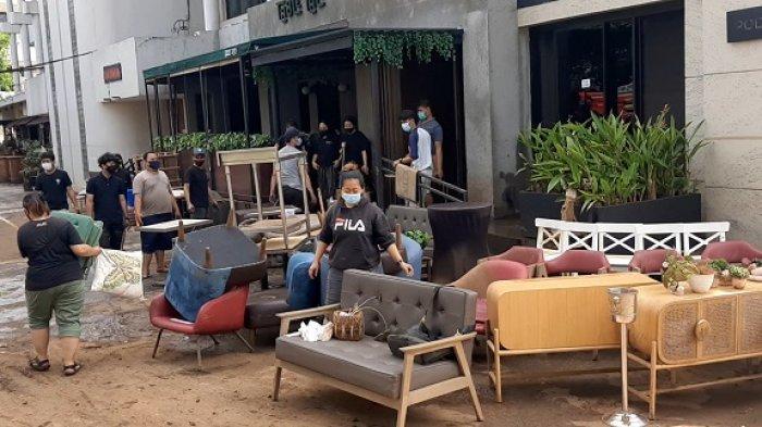 Banjir 2 Meter di Kemang Akhirnya Surut, Karyawan Kafe, Restoran dan Minimarket Bersih-bersih