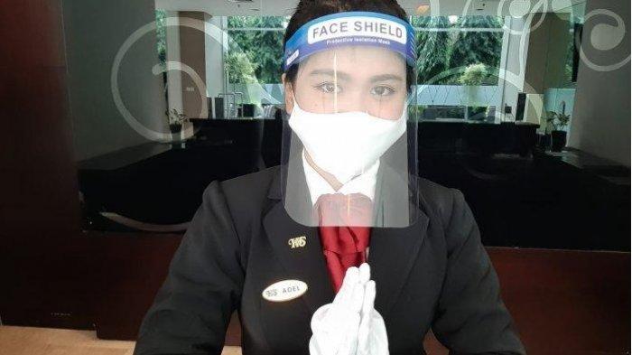 ILUSTRASI - Karyawan Santika Bogor Hotel menggunakan Face shield untuk memperketat protokol kesehatan. Sebagan hotel di Bogorkini sudah beroperasi kembali