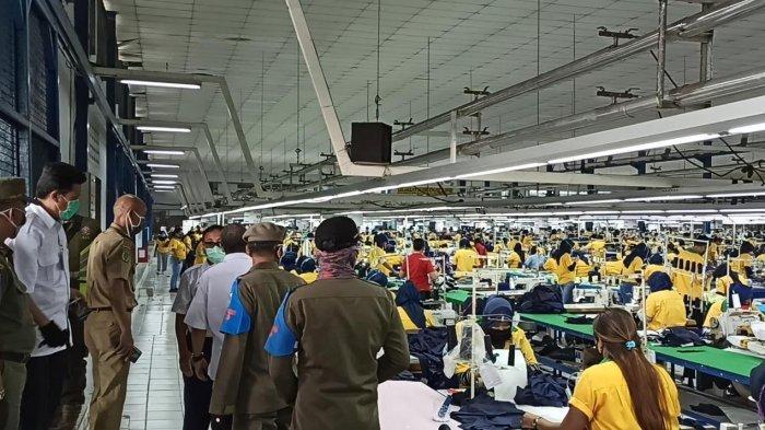 Selama PSBB di DKI Jakarta, ternyata masih ada sejumlah perusahaan di Kawasan Berikat Nusantara (KBN) Cilincing, Jakarta Utara masih beroperasional, pada Rabu (15/4/2020). Tampak para karyawan KBN Cilincing bekerja saat PSBB DKI Jakarta tersebut telah diterapkan.
