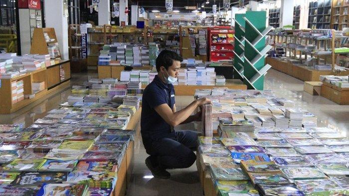 Karyawan menata buku di Gerai JakBook, Kenari, Jakarta Pusat, Kamis (18/2/2021). Pandemi Covid-19 berimbas pada sektor penjualan buku menurun, hal tersebut berimbas pada penjualan buku di gerai itu menurun tajam hingga 70 persen.