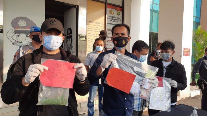 Kasat Reskrim Polres Tangsel, AKP Angga Surya Saputra (tengah) bersama jajarannya menunjukkan barang bukti kasus pengeroyokan pemuda Ciputat di Polres Tangerang Selatan pada Rabu (7/10/2020).