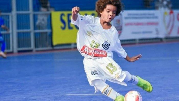 Aksi Kuan Basile dengan baju kebesaran saat mengolah bola dalam pertandingan futsal.