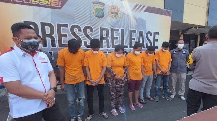 Enam tersangka, dua diantaranya wanita yang ditangkap Polres Metro Depok atas kasua pembuat surat hasil swab antigen palsu saat dirilis di Mapolrestro Depok, Pancoran Mas, Kota Depok, Jawa Barat, Selasa (27/7/2021).