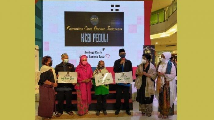 Komunitas Cinta Berkain Indonesia Terapkan Prokes Saat Berbagi dengan Anak Yatim dan Lansia Dhuafa