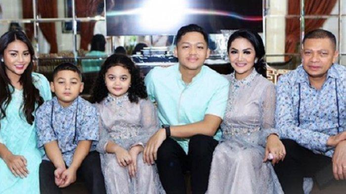 Krisdayanti berkumpul bersama Raul Lemos dan anak-anaknya saat hari raya Idul Fitri 2020.