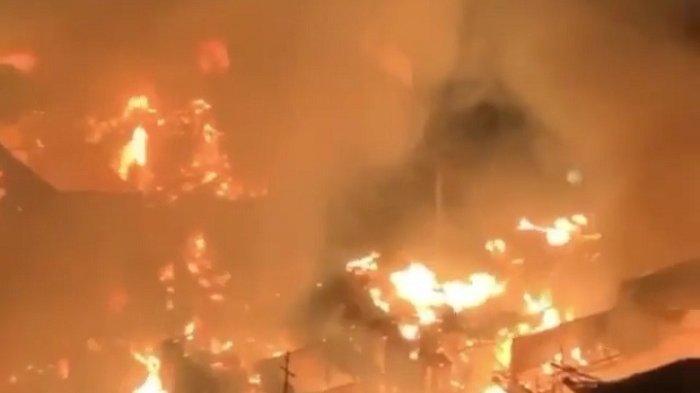 16 Unit Mobil Damkar Dikerahkan Mengatasi Kebakaran Pemukiman Padat Penduduk di Tambora Terbakar