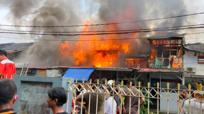 Angin Kencang dan Minimnya Sumber Air Penyebab Petugas Kesulitan Padamkam Kobaran Api di Cideng