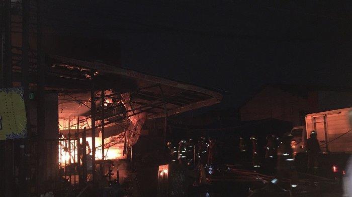 Pasar Swalayan di  Jalan Cilandak KKO Terbakar, Penyebab Masih Belum Diketahui