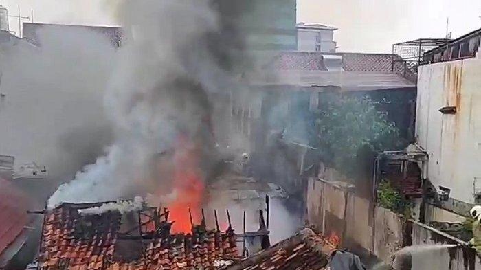 Diduga Korsleting Listrik Sebuah Rumah di Petojo Selatan Terbakar