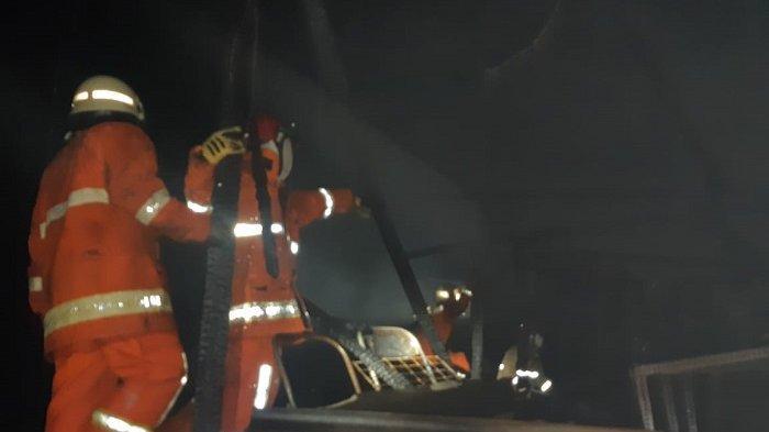BREAKING NEWS: Tiga Mobil Pemadam Jinakkan Kebakaran Rumah di Kelapa Gading Jakarta Utara