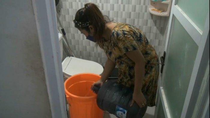 Kesulitan Air Bersih, Warga Terpaksa Mandi di Toilet Umum hingga Pakai Air Isi Ulang Kemasan Galon