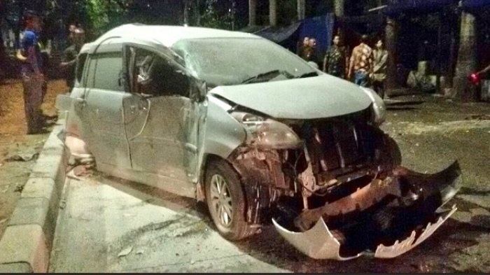 BREAKING NEWS: Daihatsu Xenia Tabrak Pembatas Jalan di Tanjungpriok, 1 Orang Tewas Seketika