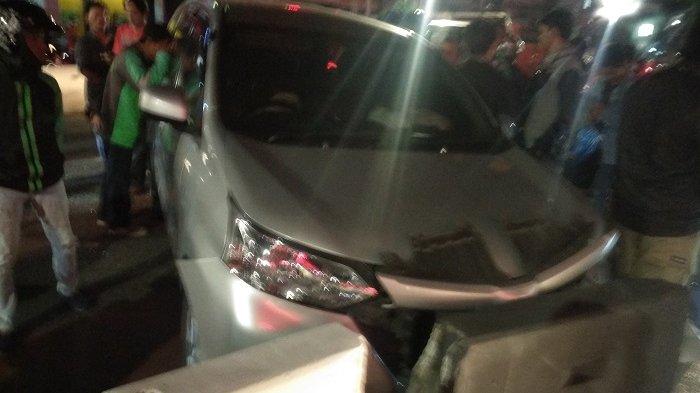 Sopir Mengantuk, Toyota Avanza Hantam Pembatas Jalan di Depan Mal Gandaria City