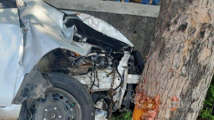 Mobil yang Menabrak Pohon dan Kemudian Masuk ke dalam Selokan Sedang Melaju dalam Keadaan Kencang