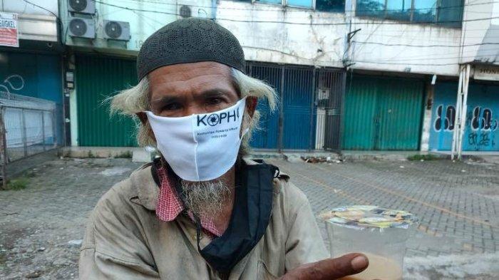 Keliling Pasar Minggu, Komunitas Pewarta Hiburan Indonesia Bagikan 100 Paket Buka Puasa dan Masker