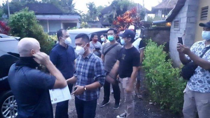 Petugas Kemenkumham Bali dan polisi saat mendatangi AB di Gianyar